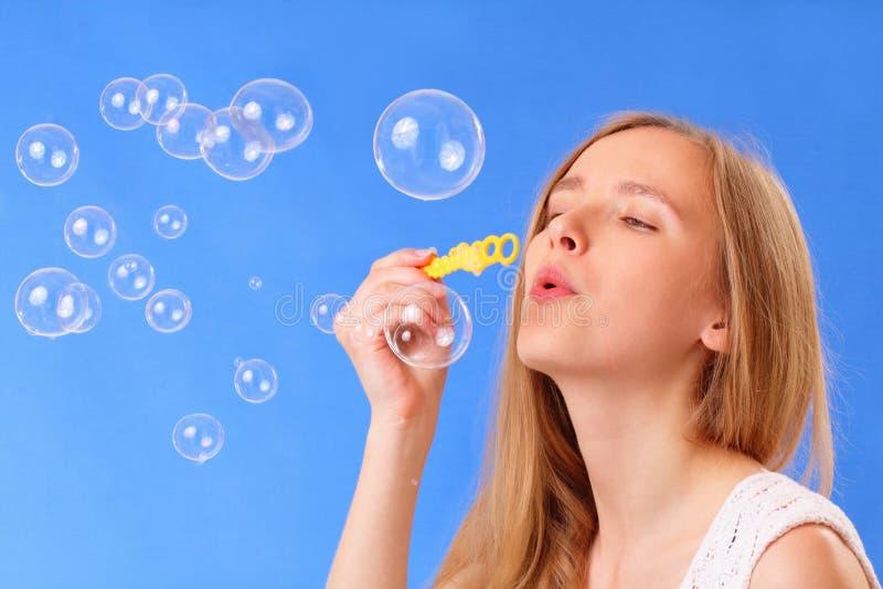 Schöne durchbrennenseifenluftblasen der jungen Frau lizenzfreies stockbild