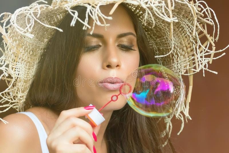 Schöne durchbrennenseifenluftblasen der jungen Frau im Freien lizenzfreies stockfoto