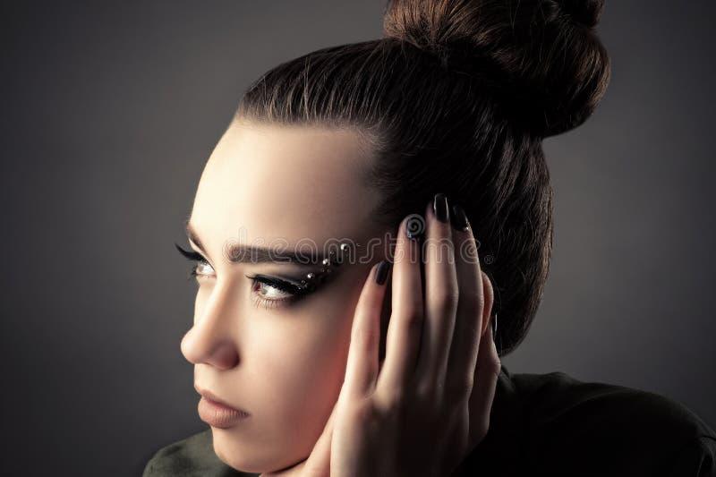 Schöne durchdachte Mädchennahaufnahme des Porträts lizenzfreies stockfoto