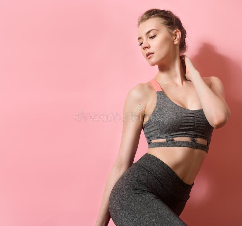 Schöne Eignungsfrau mit dem perfekten Körper in Form, der Sport trägt, kleidet für das Turnhallentraining lizenzfreie stockfotos