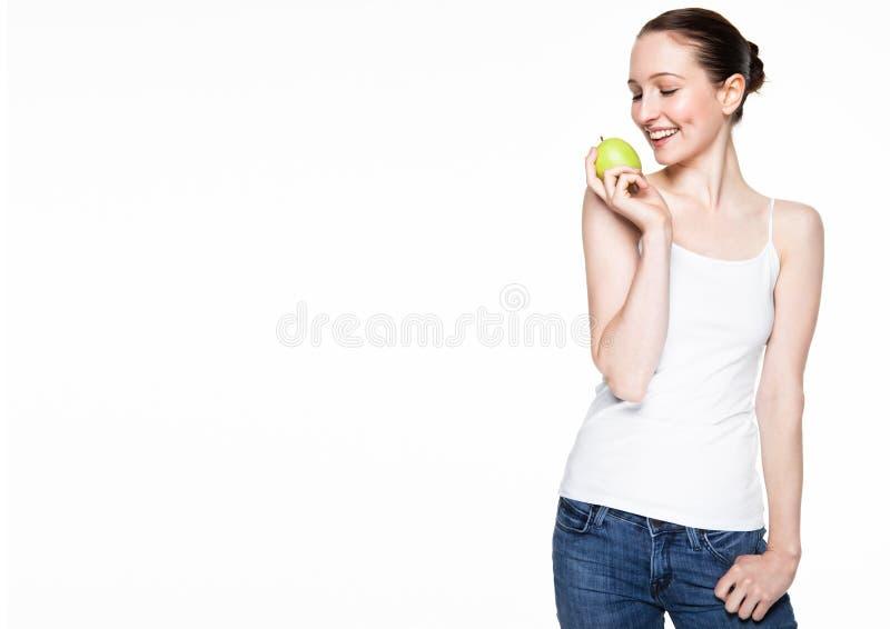 Schöne Eignungsfrauen, die gesunden Apfel halten stockbild
