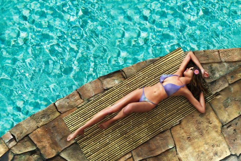 Schöne ein Sonnenbad nehmende Frau lizenzfreie stockbilder