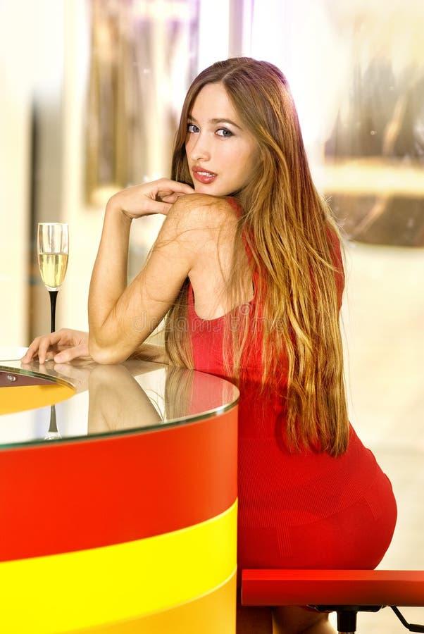 Schöne einzelne Frau in einem Stab lizenzfreie stockfotografie