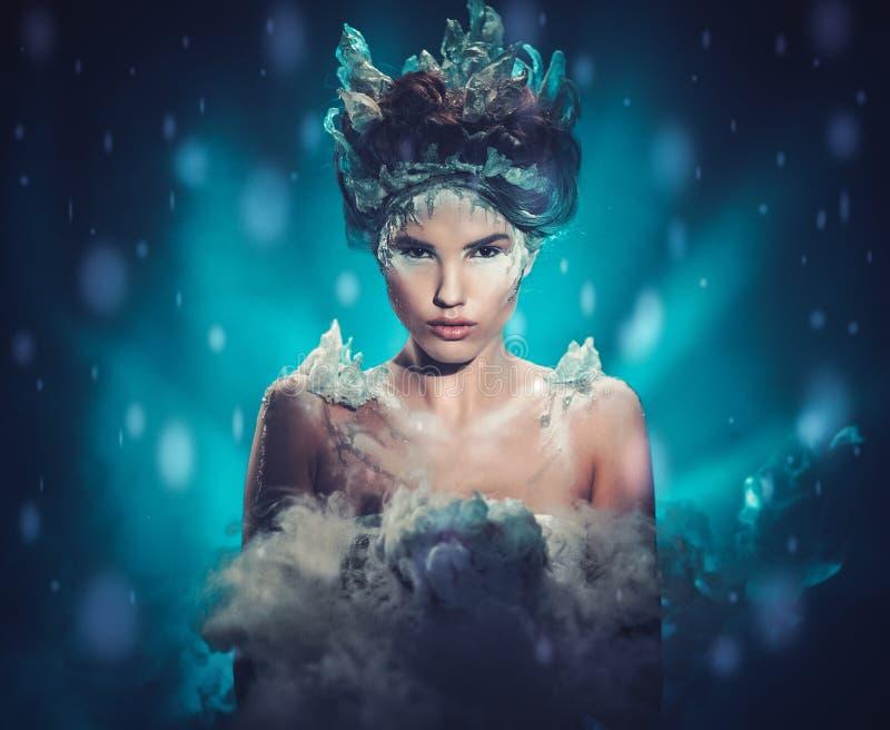 Schöne Eiskönigin in einem fallenden Schnee lizenzfreies stockbild
