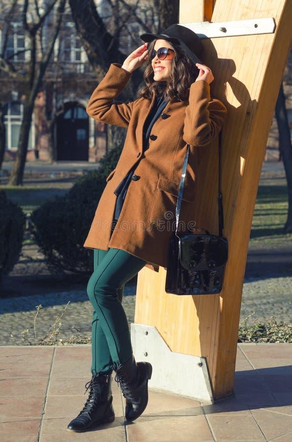 Schöne elegante Dame, die sonnigen Frühlingstag im Park genießt stockfotografie
