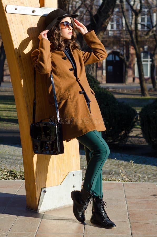 Schöne elegante Dame, die sonnigen Frühlingstag im Park genießt lizenzfreie stockfotografie