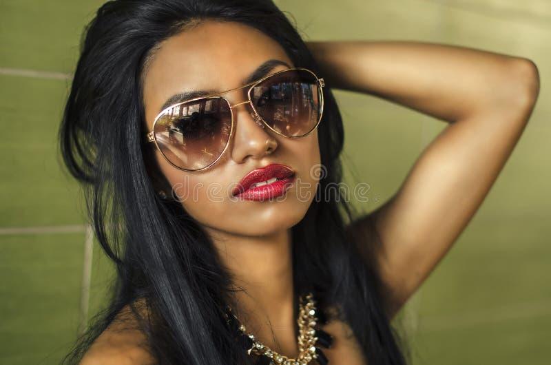 Schöne elegante Frau lizenzfreie stockbilder