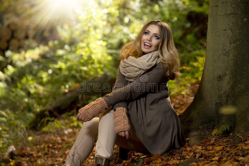 Schöne elegante Frau im Park - Herbst lizenzfreies stockfoto