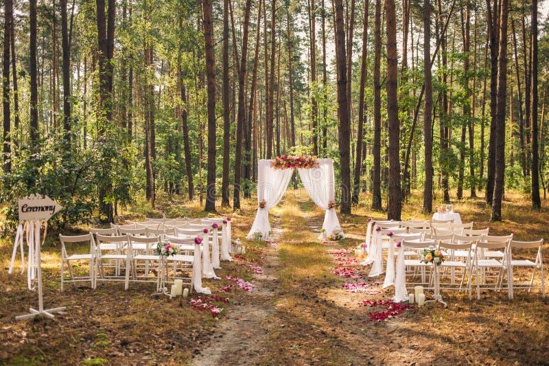 Schöne elegante Hochzeitsdekorationen lizenzfreie stockfotos