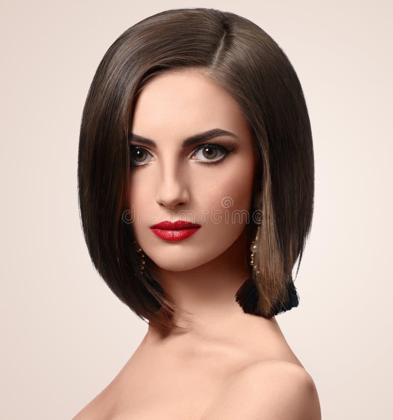 Schöne elegante junge Frau, die im Studio aufwirft lizenzfreies stockfoto