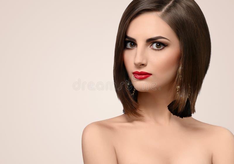 Schöne elegante junge Frau, die im Studio aufwirft lizenzfreies stockbild