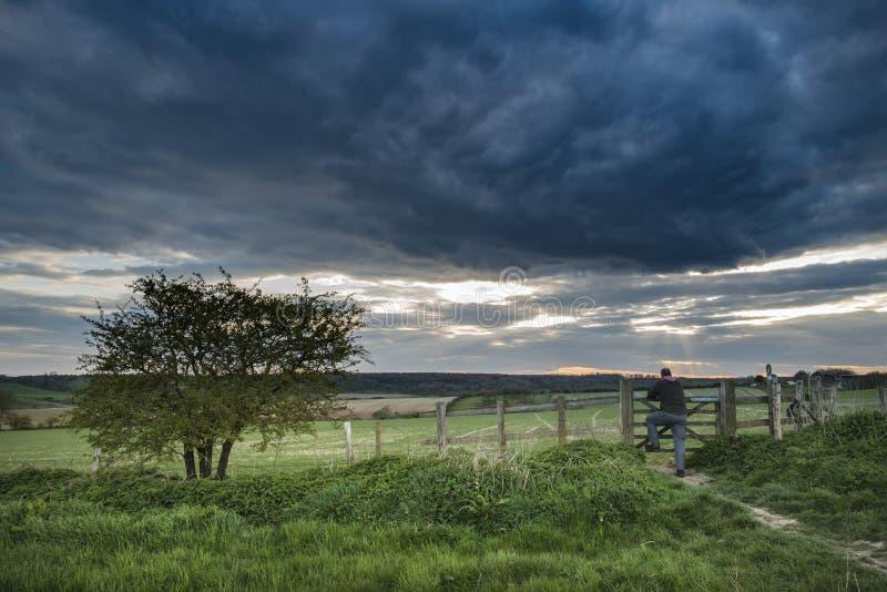 Schöne englische Landschaftslandschaft über Feldern bei Sonnenuntergang lizenzfreies stockfoto