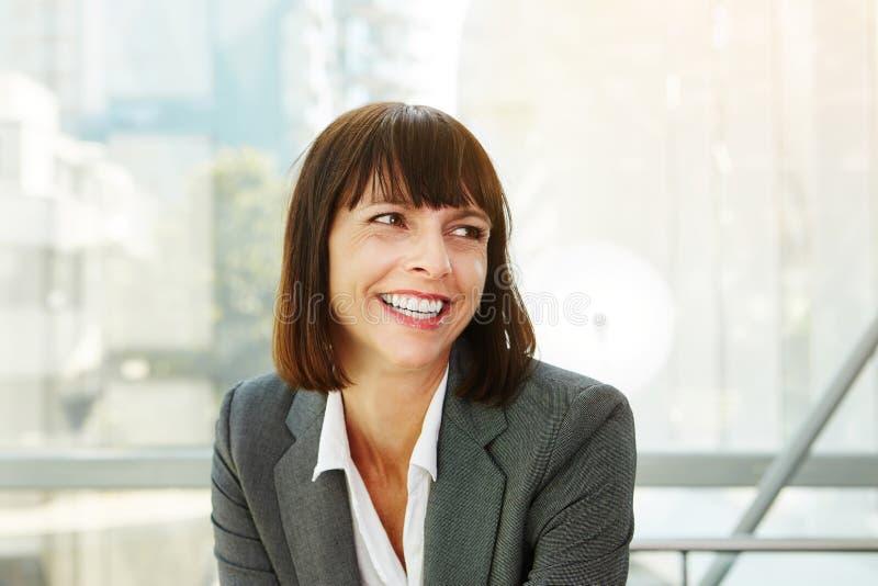 Schöne erfolgreiche Geschäftsfrau lizenzfreie stockfotos