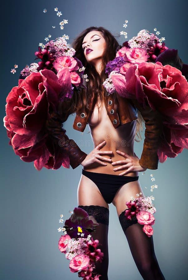 Schöne erotische sinnliche Frau in der Jacke lizenzfreie stockfotos