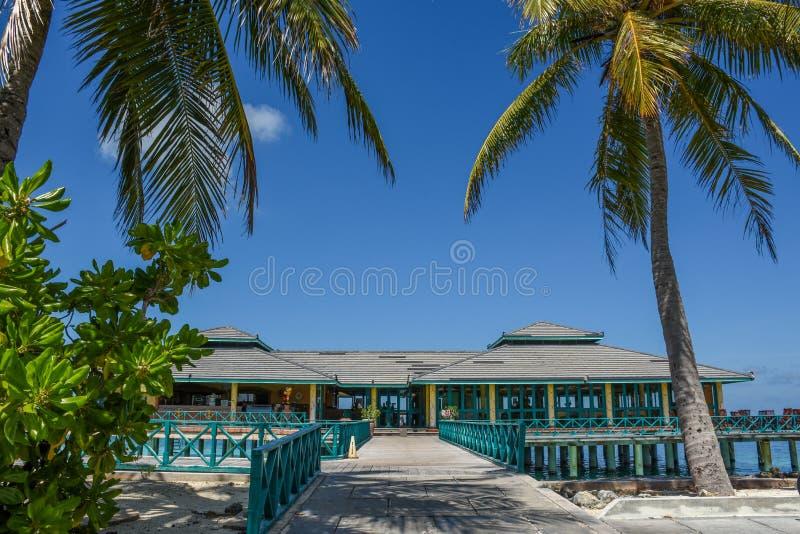Schöne erstaunliche Landschaftsansicht mit Restaurant auf dem Wasser in der Tropeninsel lizenzfreie stockfotos