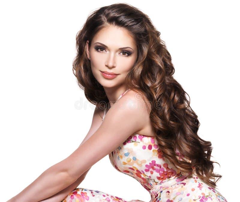 Schöne erwachsene Frau mit dem langen braunen gelockten Haar. lizenzfreie stockbilder