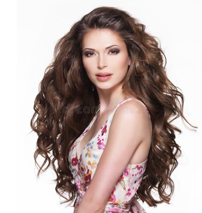 Schöne erwachsene Frau mit dem langen braunen gelockten Haar. lizenzfreies stockbild