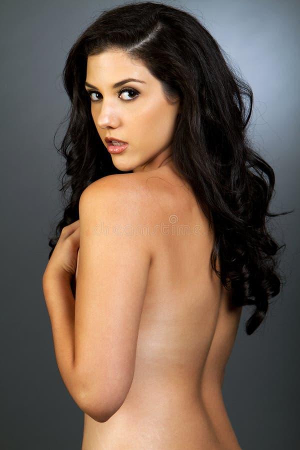 Schöne ethnische Frau mit dem dunklen Haar lizenzfreies stockbild