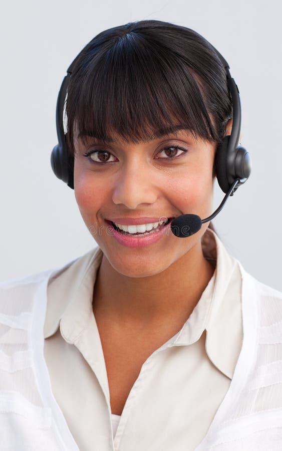 Schöne ethnische Geschäftsfrau, die in einem Aufruf c arbeitet lizenzfreie stockbilder