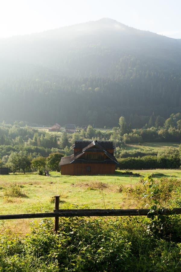 Schöne Europa Berglandschaft Ukraine Karpaten, Naturplatz, kleines Dorf im Wald lizenzfreie stockfotos
