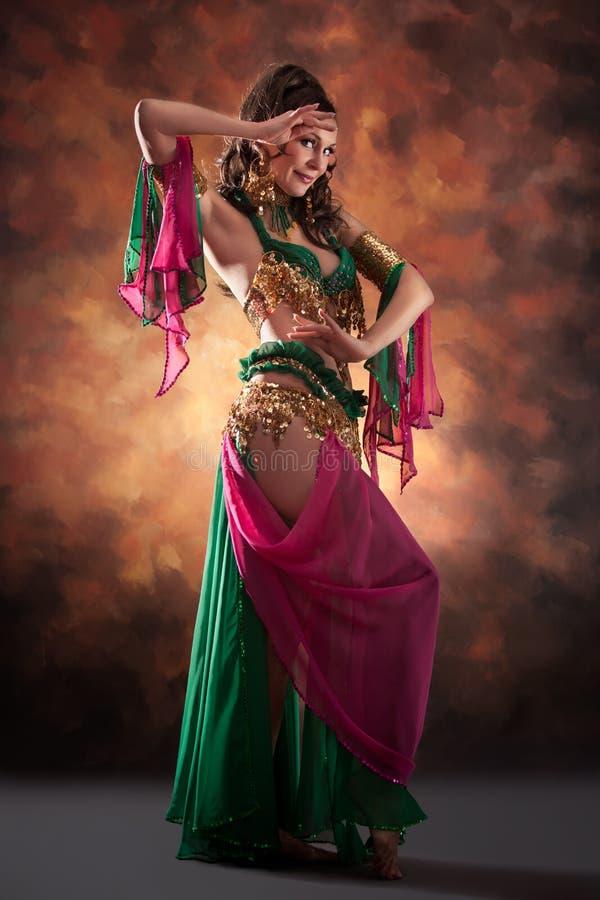 Schöne exotische Bauchtänzerinfrau stockfoto