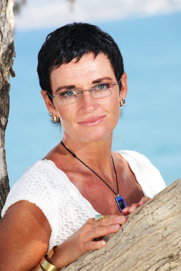 Schöne fällige Frau lizenzfreies stockfoto