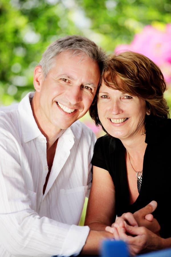 Schöne fällige Paare lizenzfreie stockfotografie