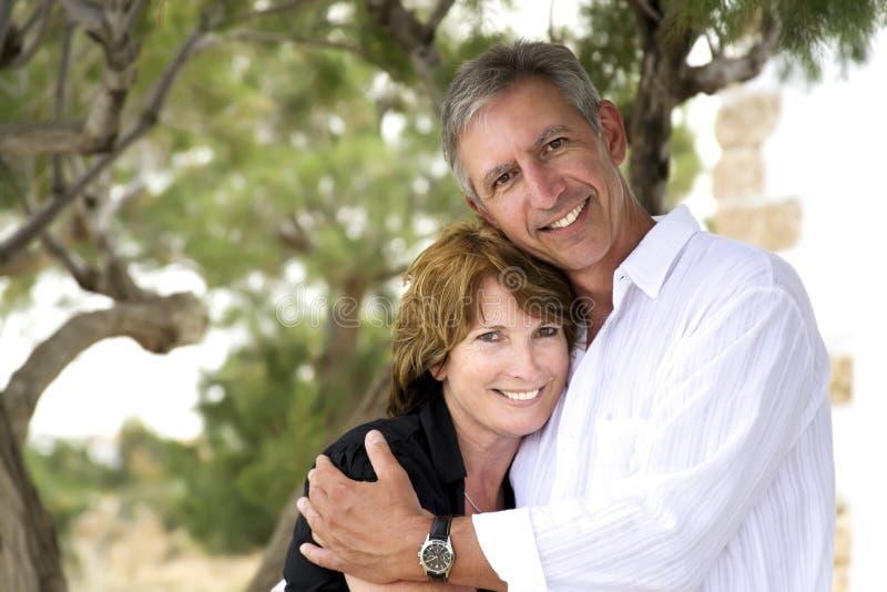Schöne fällige Paare lizenzfreie stockfotos