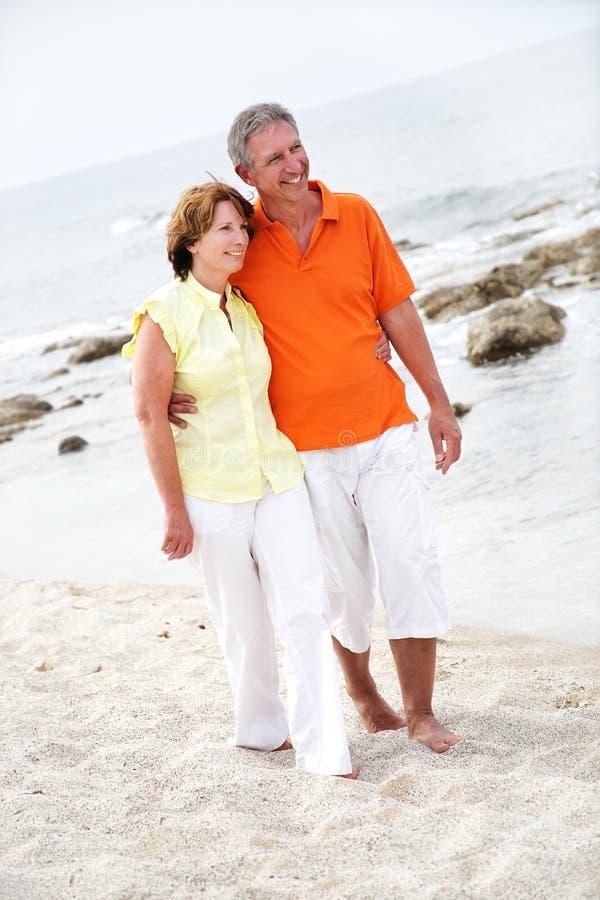 Schöne fällige Paare auf dem Strand stockbilder
