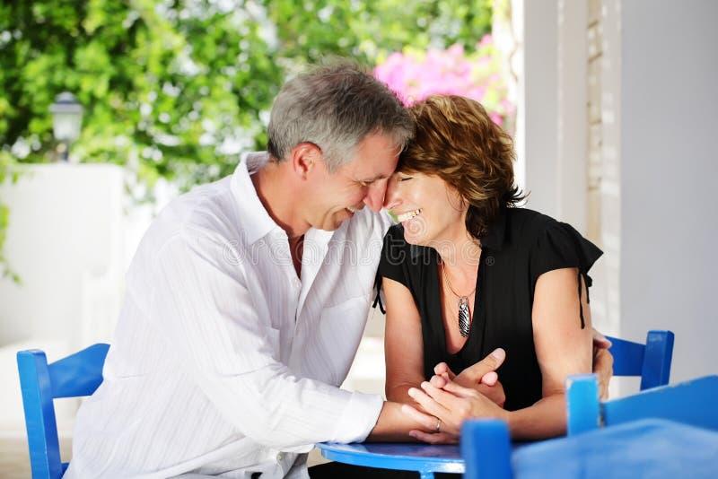Schöne fällige Paare in der Liebe lizenzfreie stockfotos