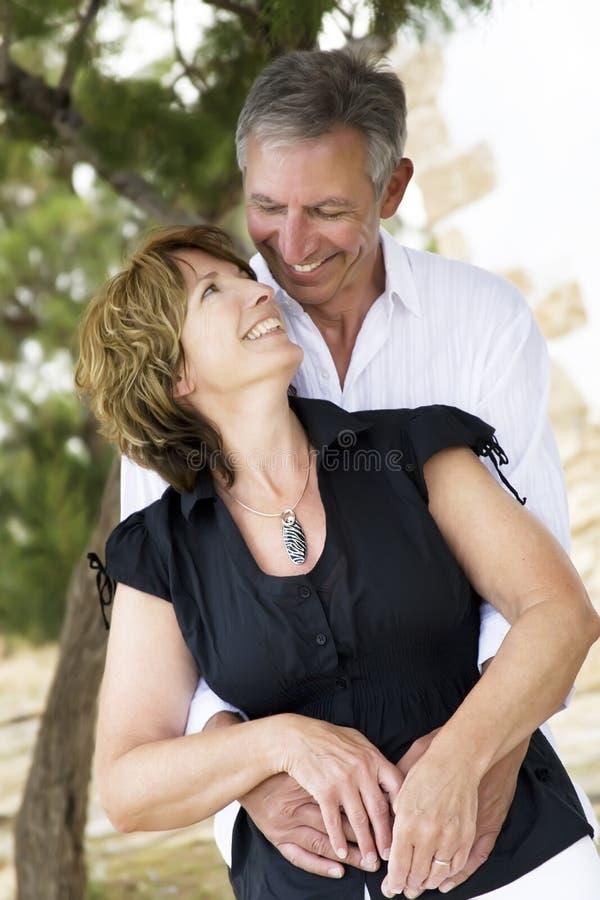 Schöne fällige Paare in der Liebe lizenzfreies stockfoto