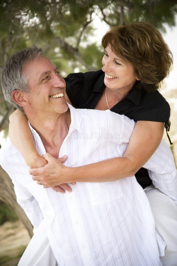 Schöne fällige Paare in der Liebe lizenzfreie stockfotografie