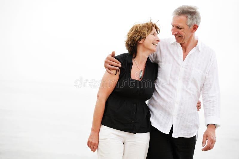 Schöne fällige Paare, die einen romantischen Spaziergang machen stockfotografie