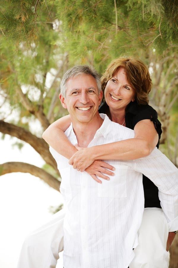 Schöne fällige Paare, die Spaß haben stockbild