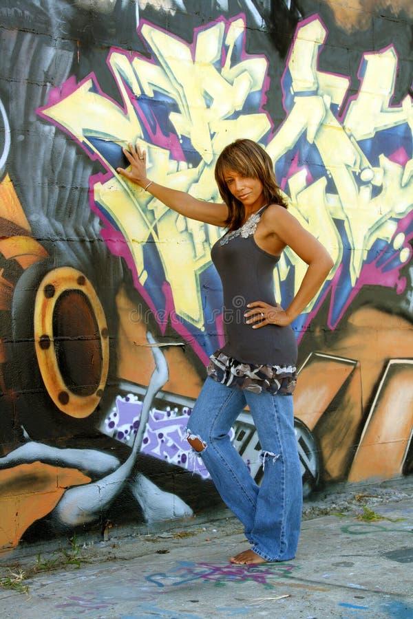 Schöne fällige schwarze Frau mit Graffiti (1) stockbild