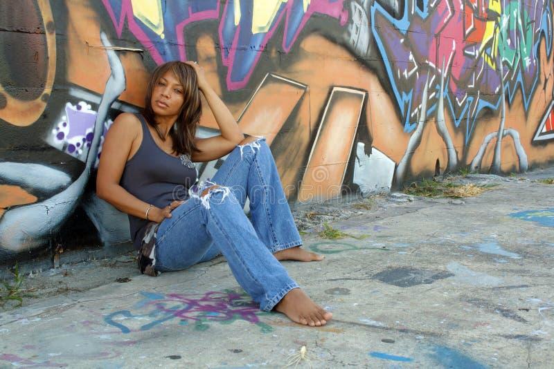 Schöne fällige schwarze Frau mit Graffiti (6) lizenzfreies stockbild