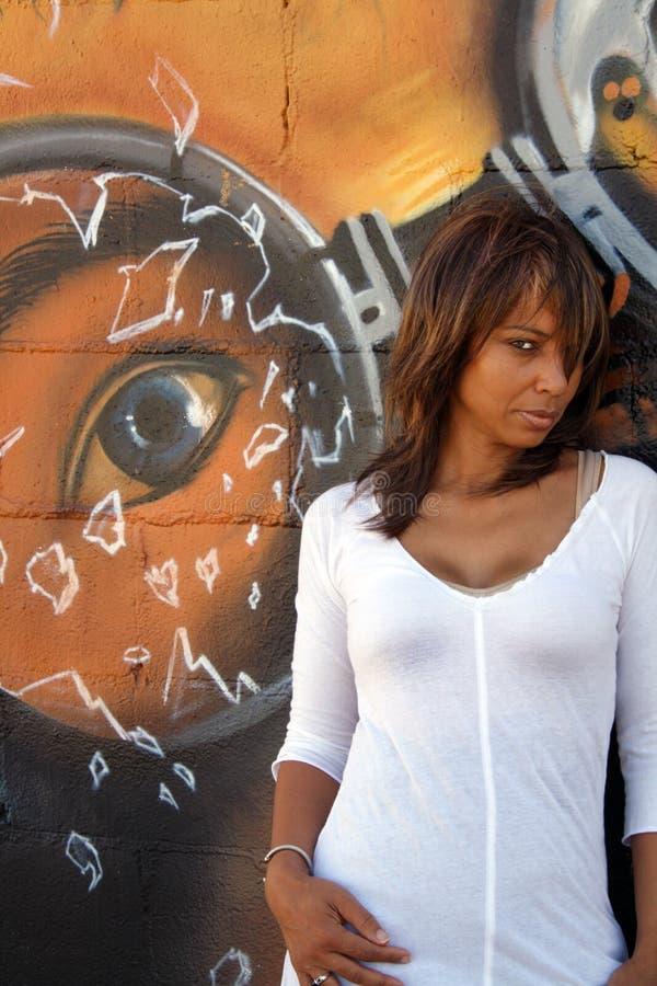 Schöne fällige schwarze Frau mit Graffiti (8) stockfotografie