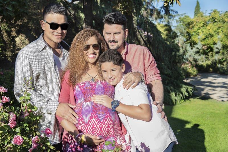 Schöne Familie, die eine gute Zeit im Park hat lizenzfreie stockfotografie