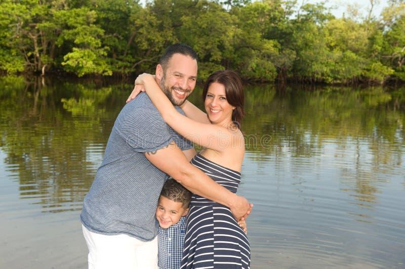Schöne Familie draußen lizenzfreie stockfotografie