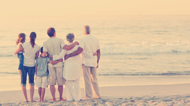 Schöne Familie am Strand lizenzfreie abbildung