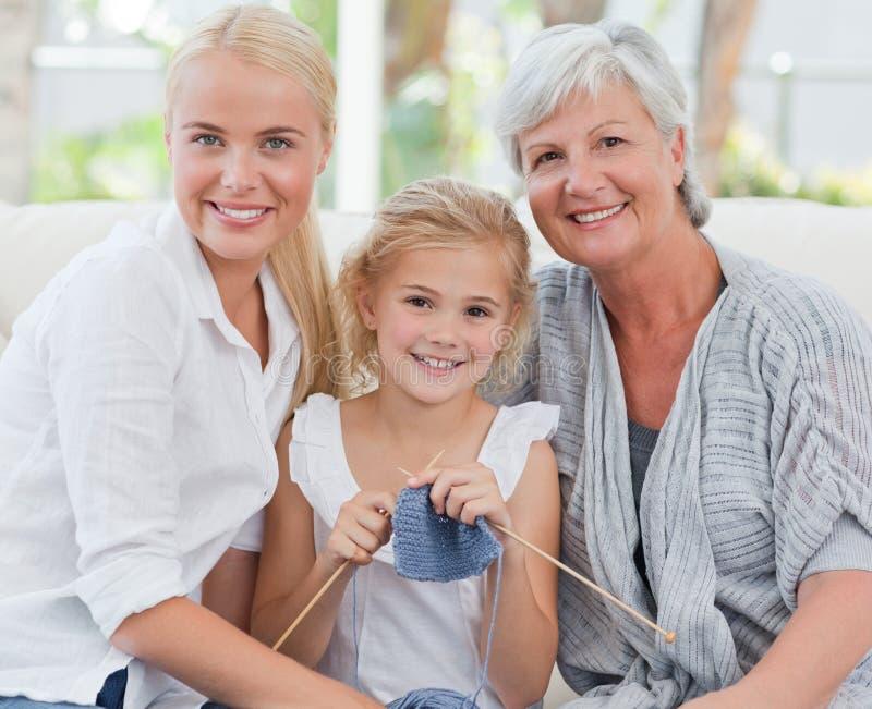 Schöne Familie, welche die Kamera betrachtet stockbild