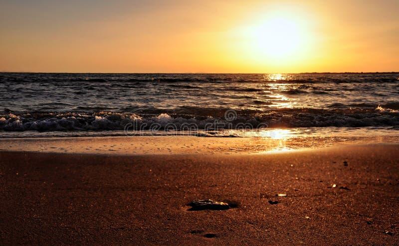Schöne Farben bei Sonnenuntergang - Seehimmel und -sand stockfotografie