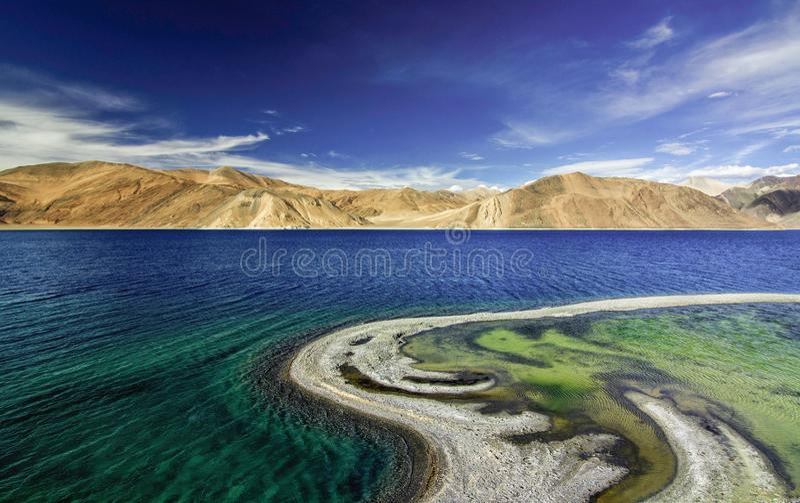 Schöne Farben des Wassers am Pangong See stockfotografie