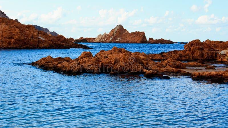 Schöne Felsen im blauen Meer stockfotos