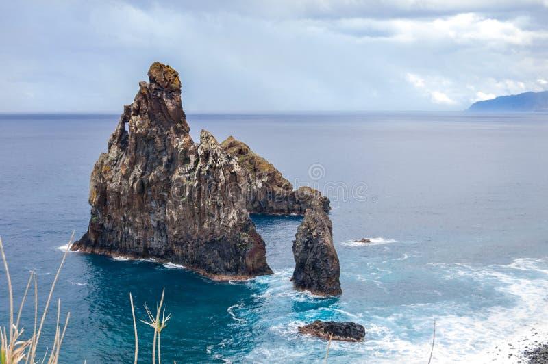 Schöne felsige Küstenlinie Madeiras stockfoto