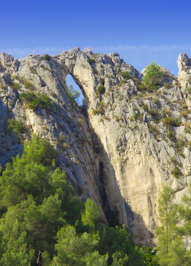 Schöne felsige Landschaft mit Loch stockfoto