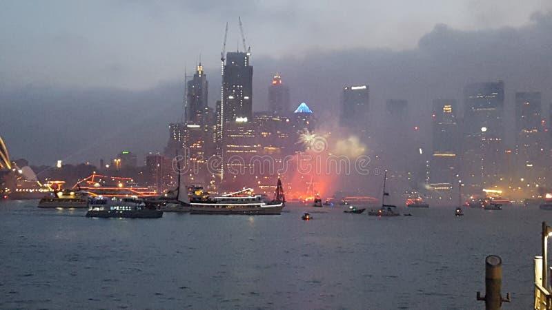 Schöne Feuerwerke über Sydney Harbour von Milsons-Punkt Sydney an Australien-Tag stockbild
