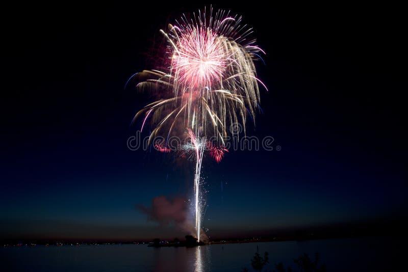 Schöne Feuerwerke durch den See lizenzfreies stockbild