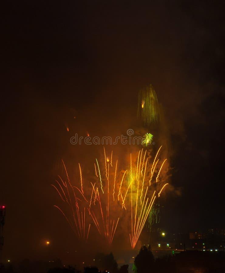 Schöne Feuerwerke im Smog lizenzfreies stockbild