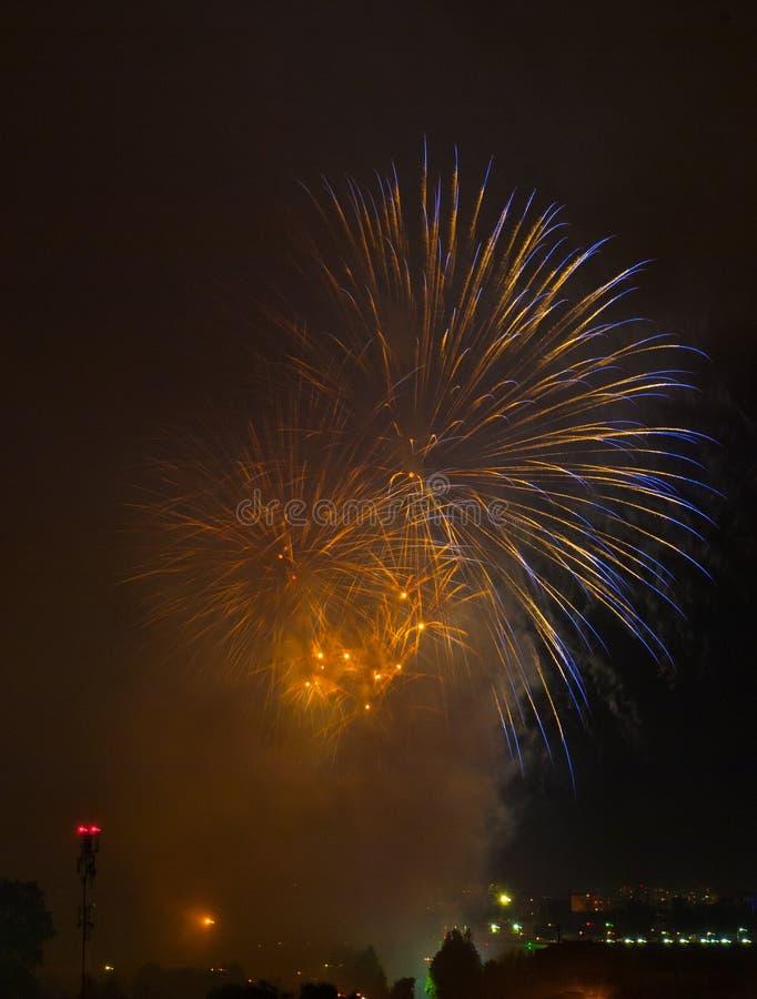 Schöne Feuerwerke im Smog lizenzfreie stockfotografie